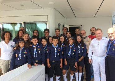 Exploraciones de Mónaco se despide de Madeira recibiendo a un grupo de jóvenes a bordo